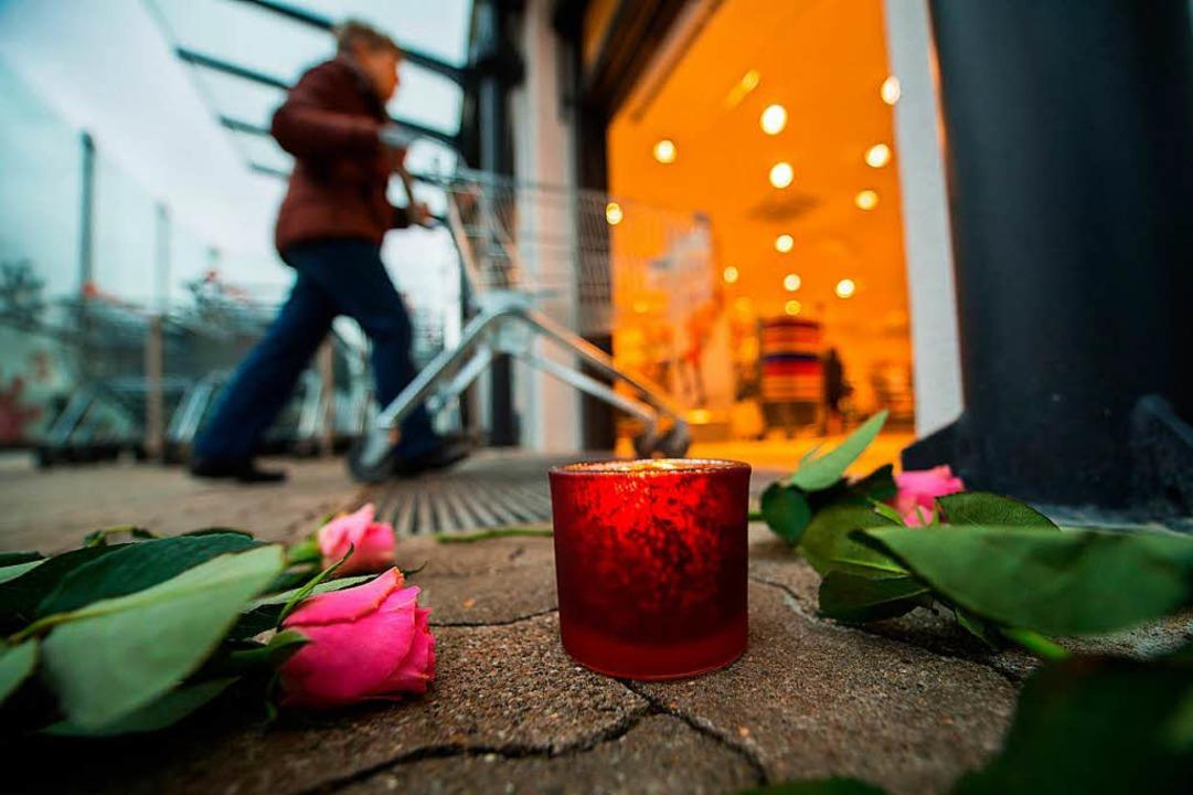 Trauer am Tatort    Foto: dpa