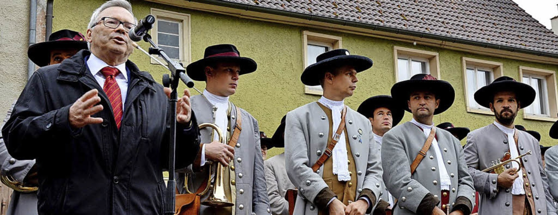 Umrahmt von der Stadtmusik begrüßt  Jü...cher am Kilbigmontag vor dem Rathaus.   | Foto: Manfred Beathalter