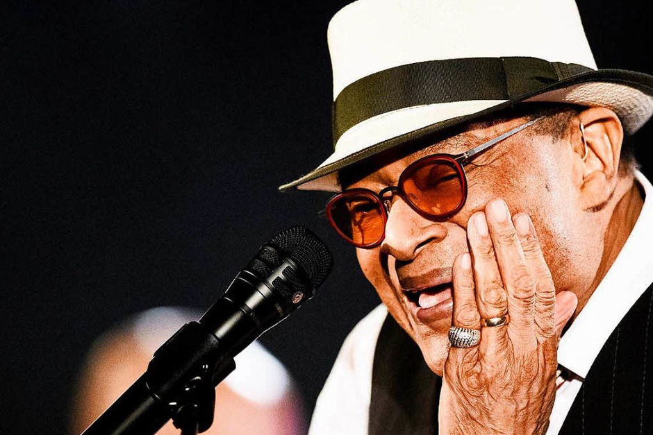 Sieben Mal wurde Al Jarreau mit einem Grammy ausgezeichnet.  Seit seinem Durchbruch in Hamburg vor rund 40 Jahren war der Jazz-Sänger auf Bühnen in aller Welt zu Hause. Der Amerikaner wechselte mühelos zwischen klassischem Jazz und Funk-Rhythmen, zwischen Fusion und Soul - mit Abstechern in Rhythm & Blues und Hitparaden-Pop. Er verstarb am 12. Februar im Alter von 76 Jahren. (Foto: dpa)
