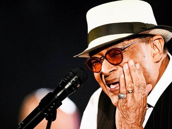 Sieben Mal wurde Al Jarreau mit einem Grammy ausgezeichnet.  Seit seinem Durchbruch in Hamburg vor rund 40 Jahren war der Jazz-Sänger auf Bühnen in aller Welt zu Hause. Der Amerikaner wechselte mühelos zwischen klassischem Jazz und Funk-Rhythmen, zwischen Fusion und Soul - mit Abstechern in Rhythm & Blues und Hitparaden-Pop. Er verstarb am 12. Februar im Alter von 76 Jahren.