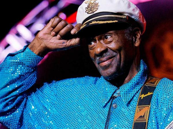 """Chuck Berry war einer der größten Songschreiber und besten Gitarristen seiner Zeit. Hits wie """"Sweet Little Sixteen"""" oder """"Johnny B. Goode"""" wurden weltweite Klassiker. Die Rock'n'Roll-Legende beeinflusste Musiker wie die Beatles, die Rolling Stones oder Bob Dylan. Berry wurde 90 Jahre alt."""