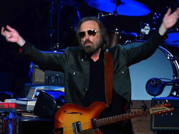 """Rock-Superstar Tom Petty verstarb am 2. Oktober. Er war bekannt für Songs wie """"American Girl"""" und """"Free Fallin"""". Kurz zuvor hatte er noch seine Tour mit seiner Band The Heartbreakers beendet."""