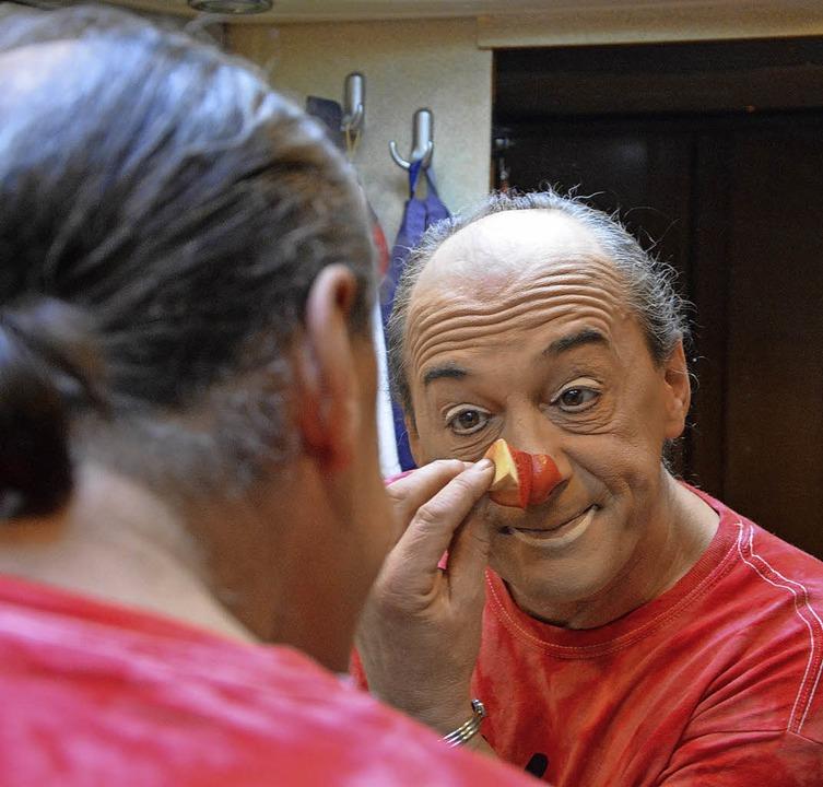 Clown Pom Pom beim Schminken  | Foto: Barbara Ruda