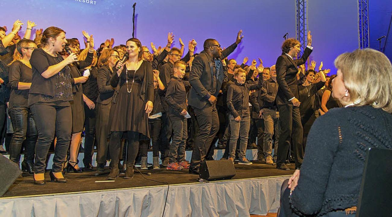 Fast 200 Sängerinnen und Sänger standen beim Mass-Choir auf der Bühne.    Foto: Olaf Michel