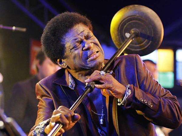 Im Jahr 2016 war Charles Bradley noch beim Freiburger Zeltmusikfestival aufgetreten. Am 23. September hat der Soul-Sänger den Kampf gegen eine schwere Krankheit verloren. Er wurde 68 Jahre alt.