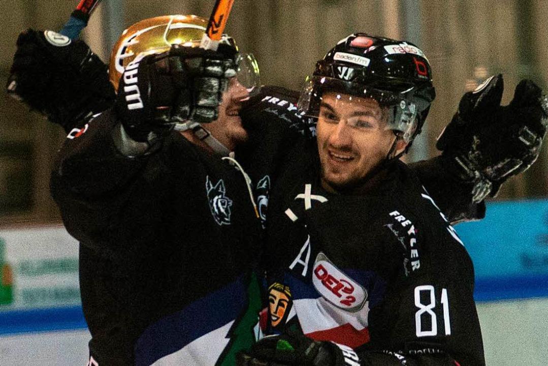 Nikolas Linsenmaier (l) und Chris Billich (r) bejubeln das 2:0  | Foto: Patrick Seeger