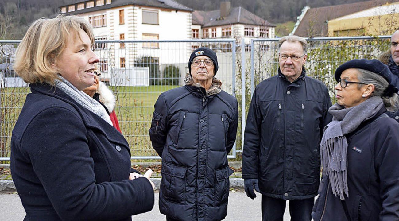 Birgit Ackermann (links) führte die De...er das Gelände des St.  Josefshauses.   | Foto: Horatio Gollin
