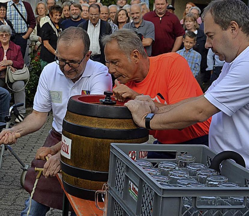 Und Oliver Friebolin darf erstmals am Dorffest das Fass anstechen.  | Foto: Marco Schopferer