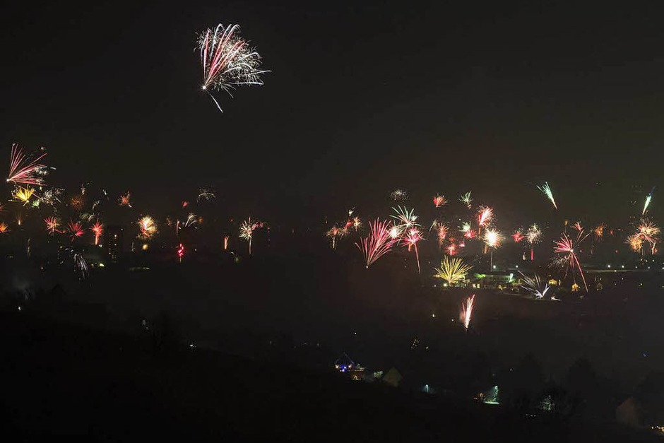 Feuerwerk über Weil am Rhein zur Begrüßung des neuen Jahres (Foto: Günter Schoch)