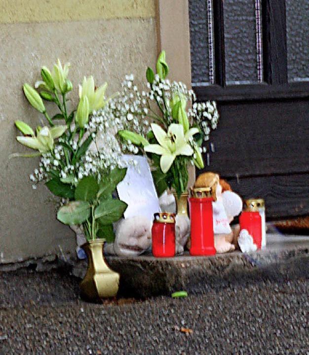 Blumen, Kerzen und Kuscheltiere wurden...eten Säuglings in Laufenburg abgelegt.  | Foto:  Leutenecker