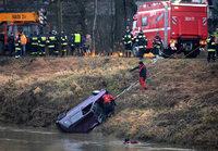Rettungskräfte bergen Auto mit fünf Leichen aus Fluss