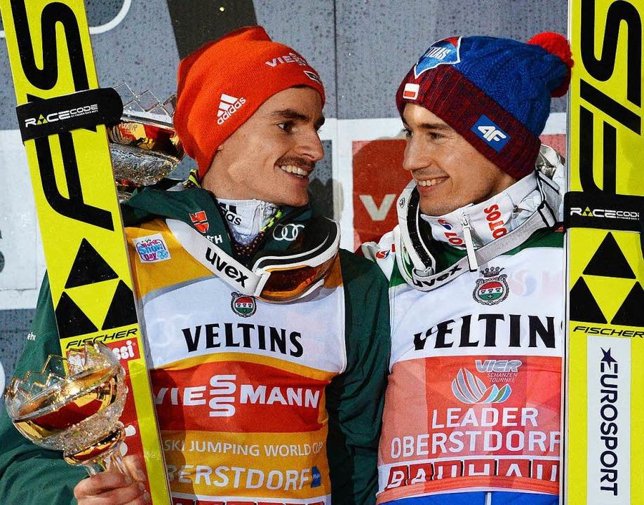 Richard Freitag (l.) mit dem Sieger des Auftaktspringens, Kamil Stoch (Polen).  | Foto: dpa