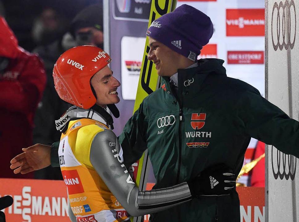 Freitags Teamkollege Andreas Willinger (r.) gratuliert.  | Foto: AFP