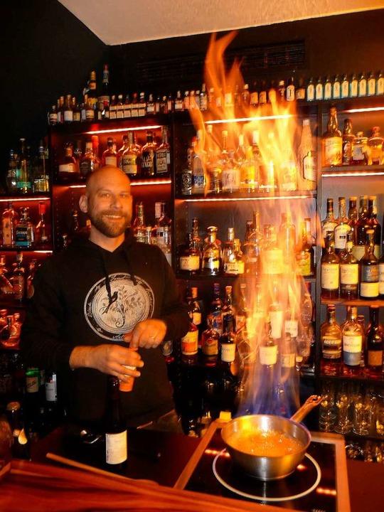 Schmeckt lecker und brennt  richtig sc...m Zubereiten der Feuerzangenbowle 2.0.  | Foto: Katja Rußhardt