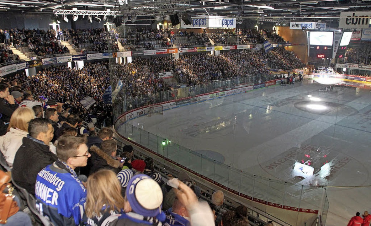 Zweimal volles Haus: 6215 Zuschauer sa...lage gegen DEL-Schlusslicht Straubing.  | Foto: dieter reinhardt