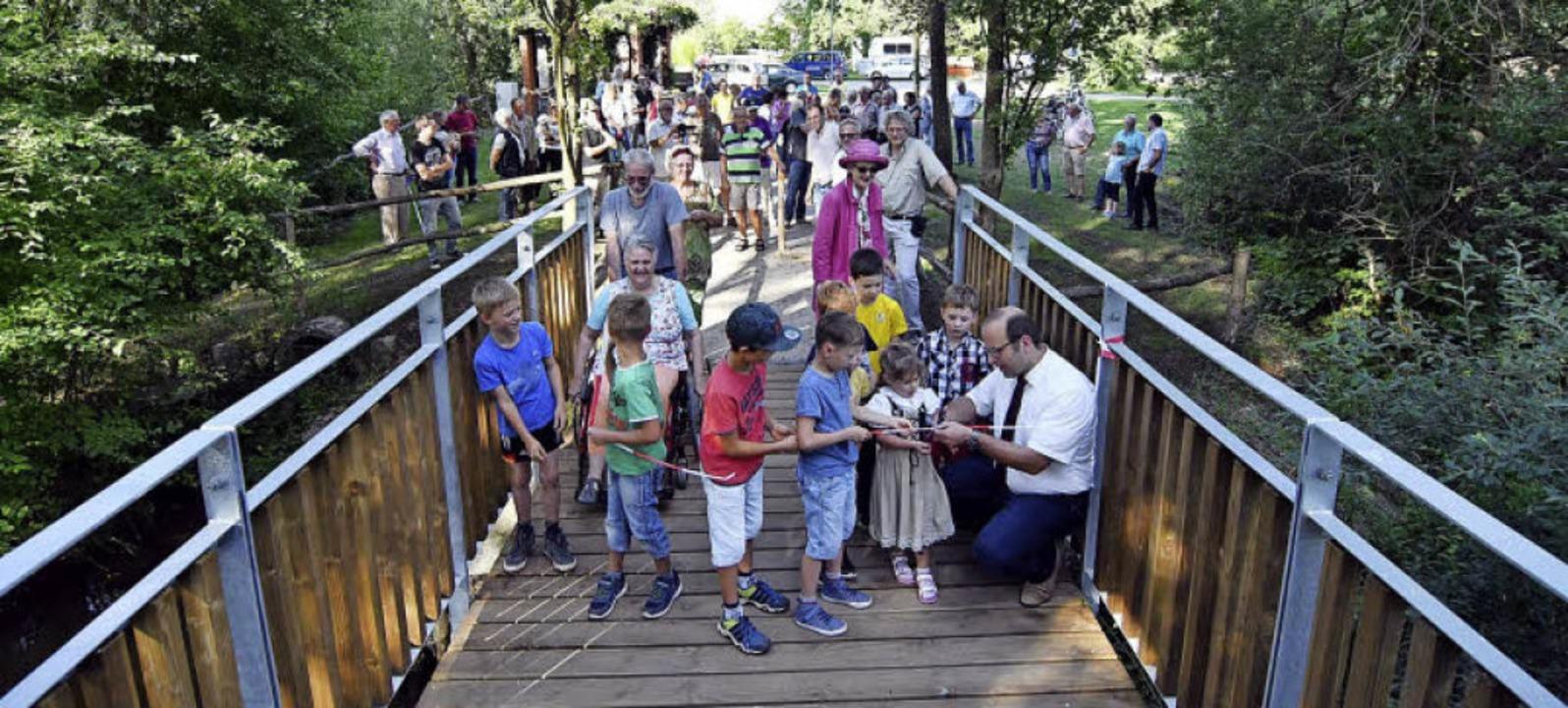 <BZ-Rubrik>Die neue Brücke</BZ-Rubrik>...mit Kindern das Band durchgeschnitten.  | Foto: Wolfgang Künstle
