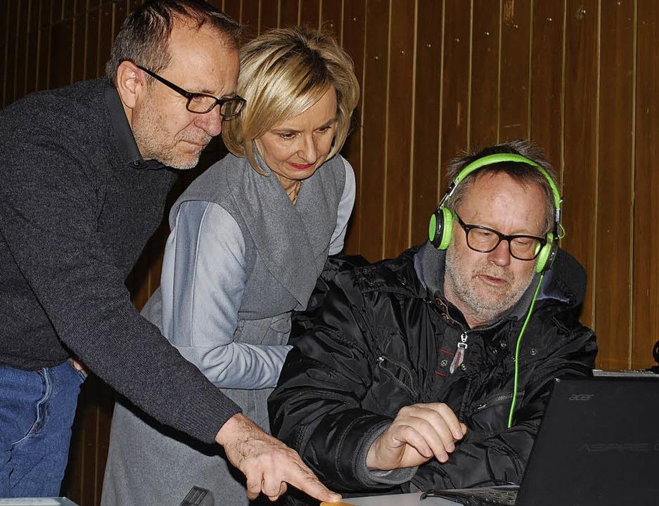 Klaus Friedrich vom Mobilen Kino Essli...etra Friebolin die Filmvorführanlage.   | Foto: Mink