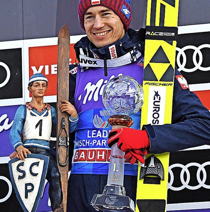 Der Sieger mit zwei  Trophäen: Kamil Stoch  | Foto: AFP