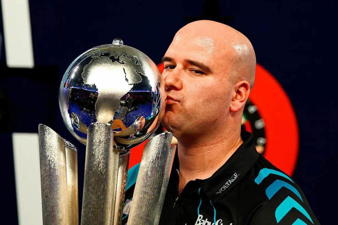 Glasklarer Sieger des Abends: Rob Cross ist neuer Darts-Weltmeister.  | Foto: dpa