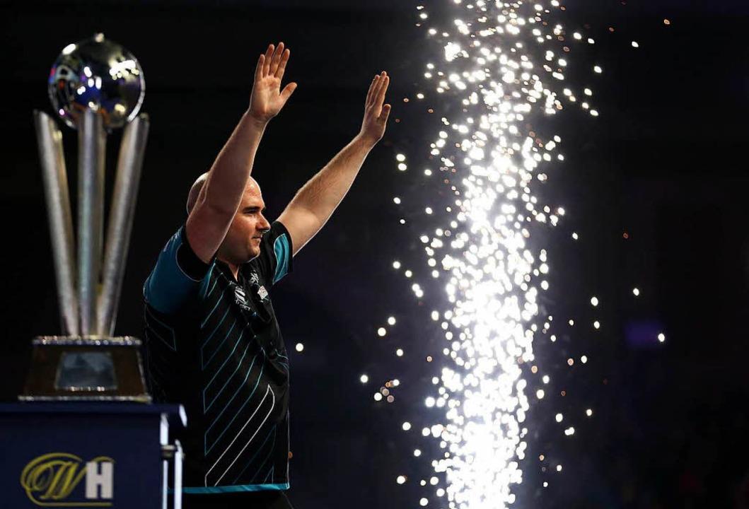 Rob Cross ist neuer Darts-Weltmeister.  | Foto: dpa
