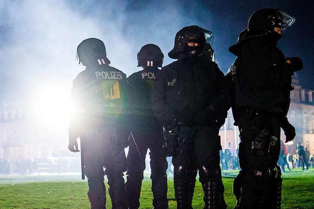 Polizeibeamte in der Silvesternacht auf dem Schlossplatz in Stuttgart  | Foto: dpa