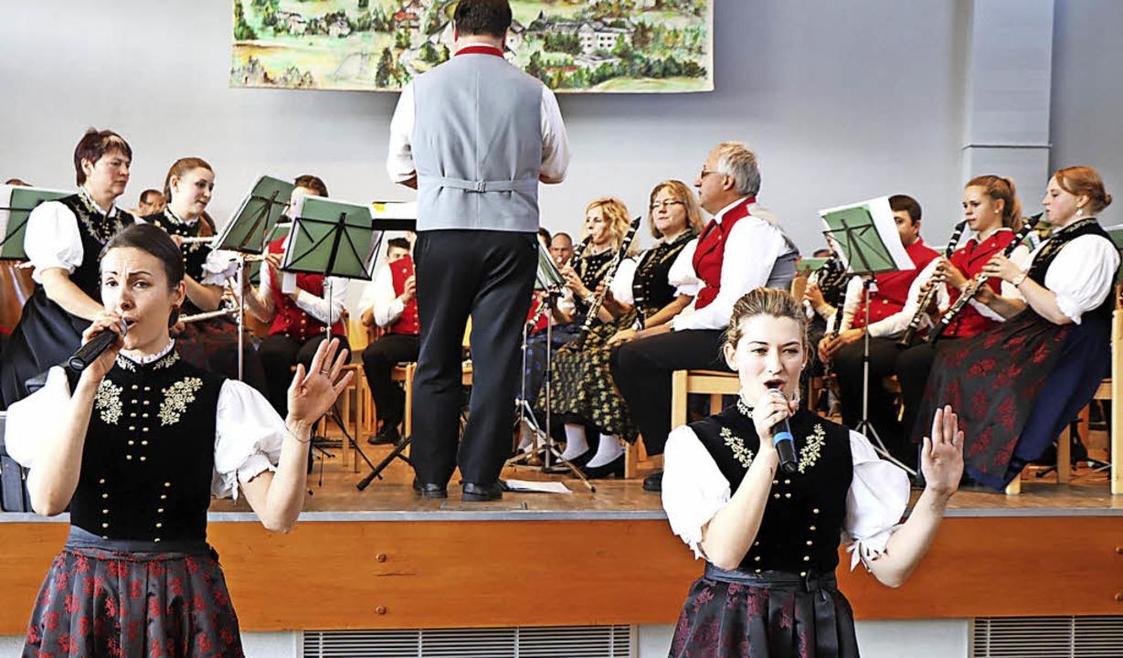Die Klarinettistinnen Pauline Faller u...instigen schwedischen Popgruppe ABBA.   | Foto: DIETER MAURER