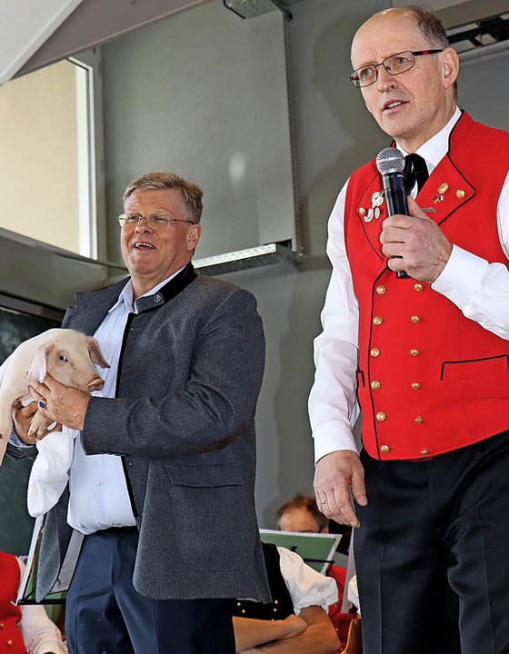 Mit einem Glücksschwein  betrat Hoteli...lück. Rechts Moderator Oskar Faller.    | Foto: DIETER MAURER