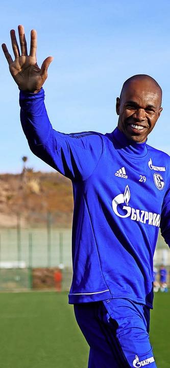 Freut sich offensichtlich, unter der S...nen: der Schalker Abwehrspieler Naldo   | Foto: dpa