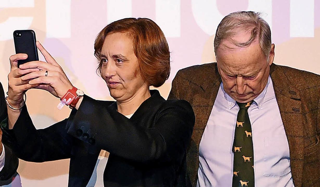 Gerne mit dem Smartphone zugange: Beat...m AfD-Vorsitzenden Alexander Gauland.   | Foto: dpa