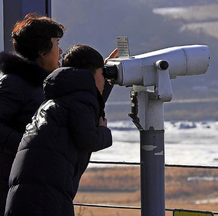 Südkoreaner beobachten am Neujahrstag die Grenze nach Nordkorea.   | Foto: AFP