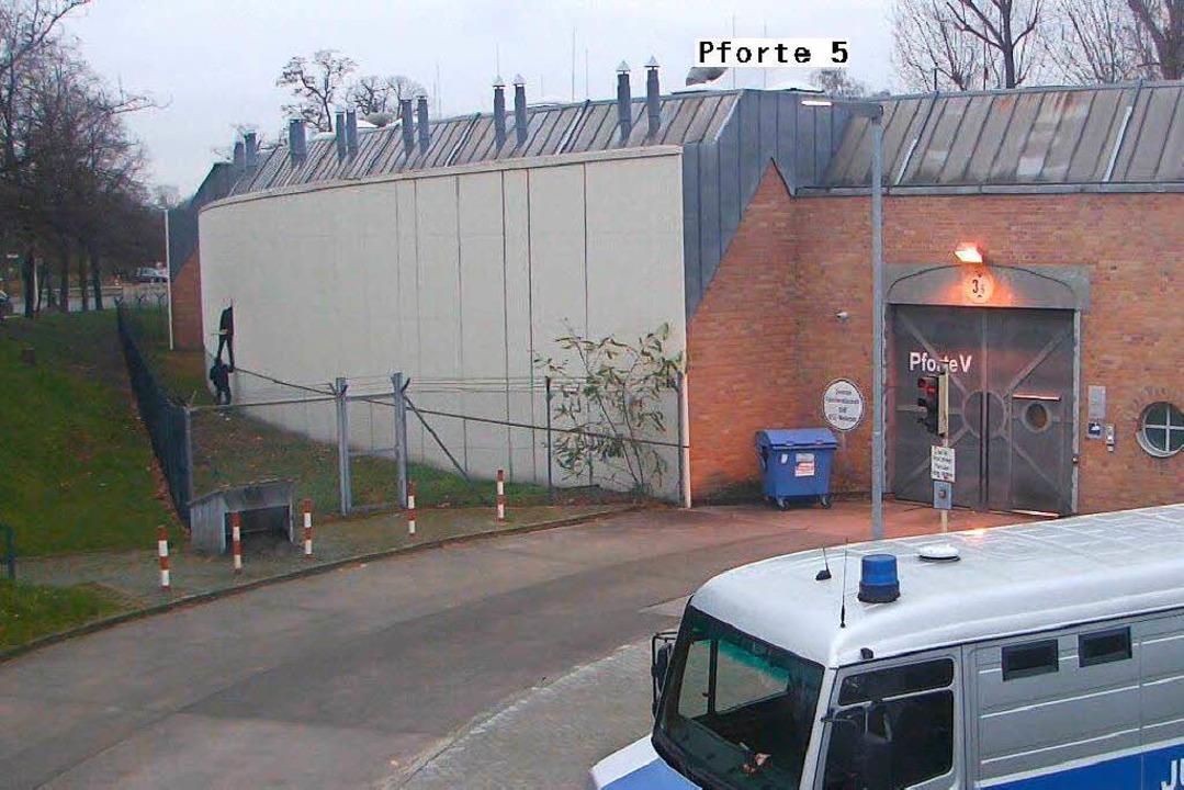 Und Schwups waren sie draußen: der Aus..., gefilmt von einer Überwachungskamera    Foto: Senatsver-waltung für Justiz Berlin/dpa