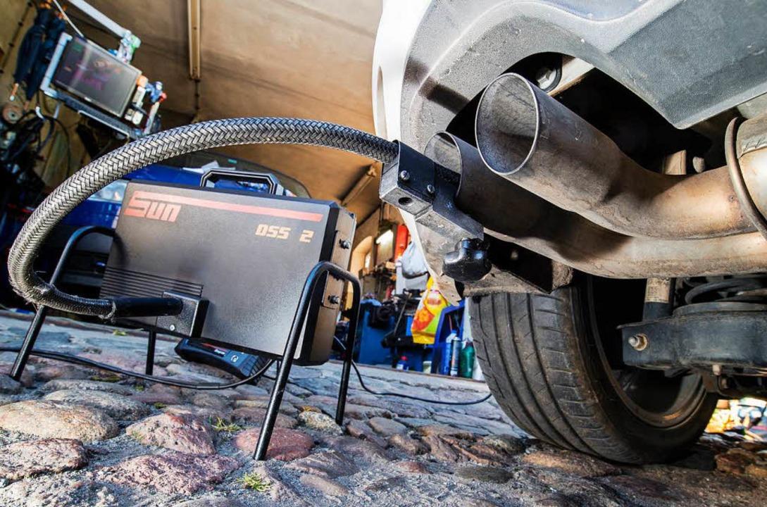 Ein Messeschlauch steckt im Auspuff eines Dieselfahrzeugs.  | Foto: dpa