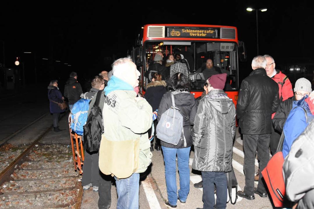 Ein Schienenersatzverkehr zwischen Den...eschlange vor einem Bus in Denzlingen.    Foto: Jonas Hirt