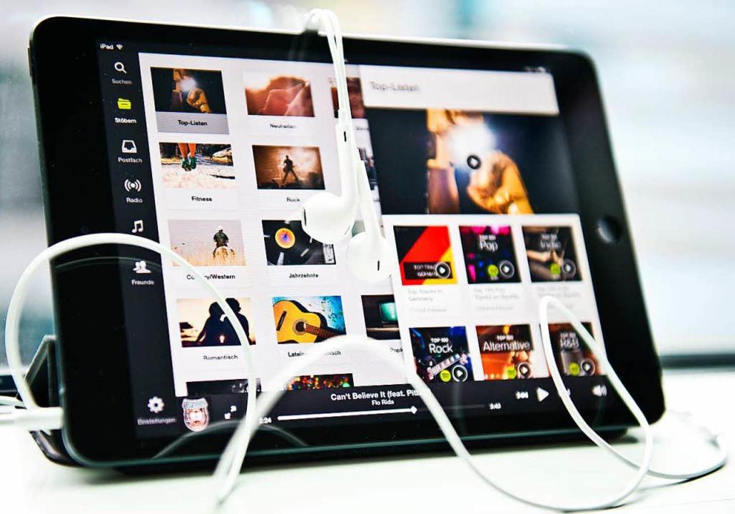 Auf mindestens 1,6 Milliarden Dollar verklagt ein Musikverlag Spotify.  | Foto: dpa