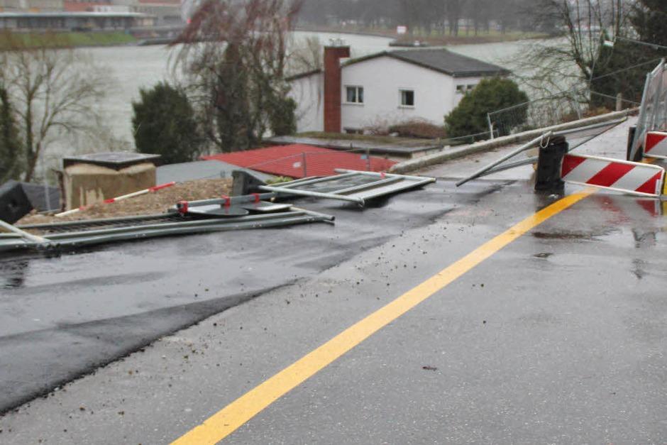 Am Bahnübergang Hörnle in Grenzach-Wyhlen hatte der Sturm  die Absperrungen der Baustelle umgeworfen. Die Fahrt in Richtung Orstmitte war damit leicht behindert. (Foto: Rolf Reißmann)