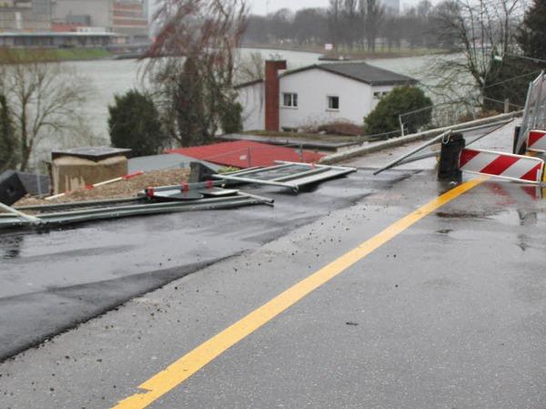 Am Bahnübergang Hörnle in Grenzach-Wyhlen hatte der Sturm  die Absperrungen der Baustelle umgeworfen. Die Fahrt in Richtung Orstmitte war damit leicht behindert.