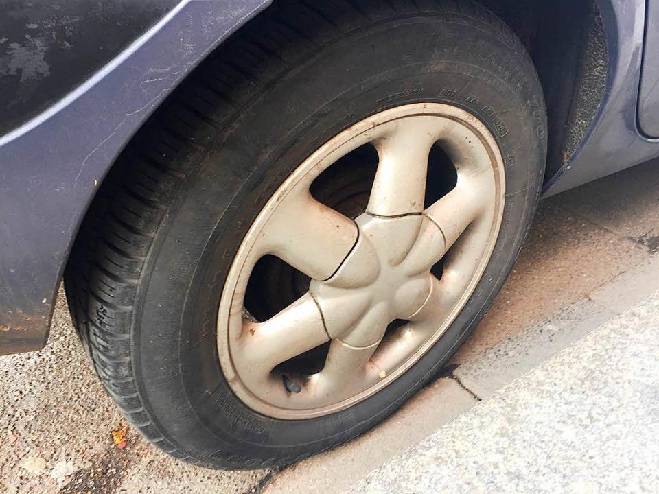 Vermutlich wegen ihrer abgefahrenen Re...trolle über ihr Fahrzeug (Symbolbild).  | Foto: Dorothee Soboll