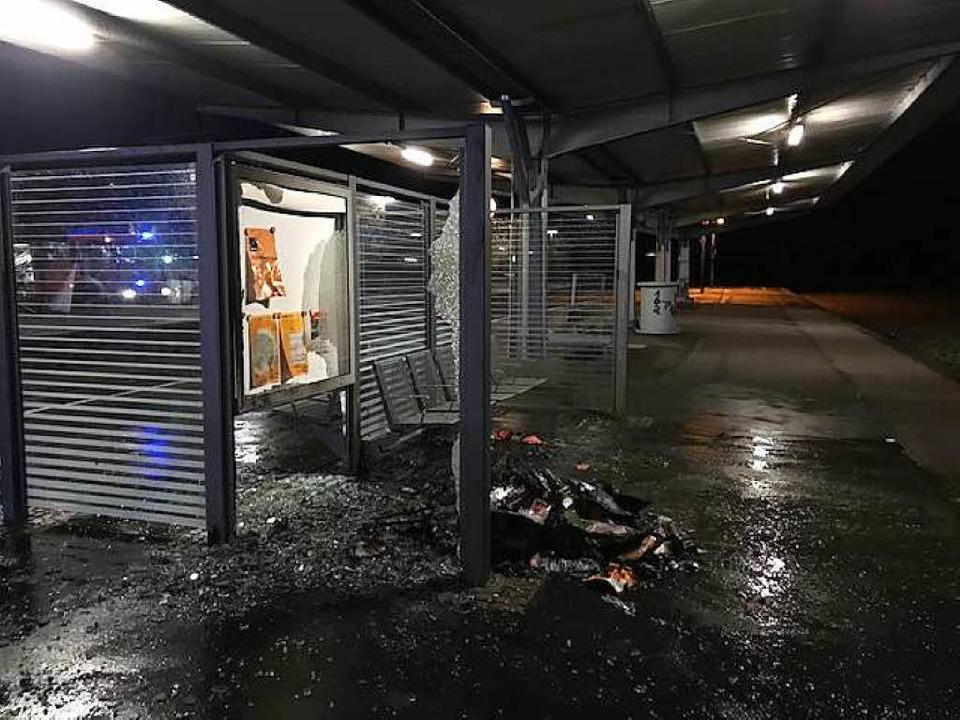Die brennende Mülltonne verursachte großen Sachschaden.  | Foto: Bundespolizei
