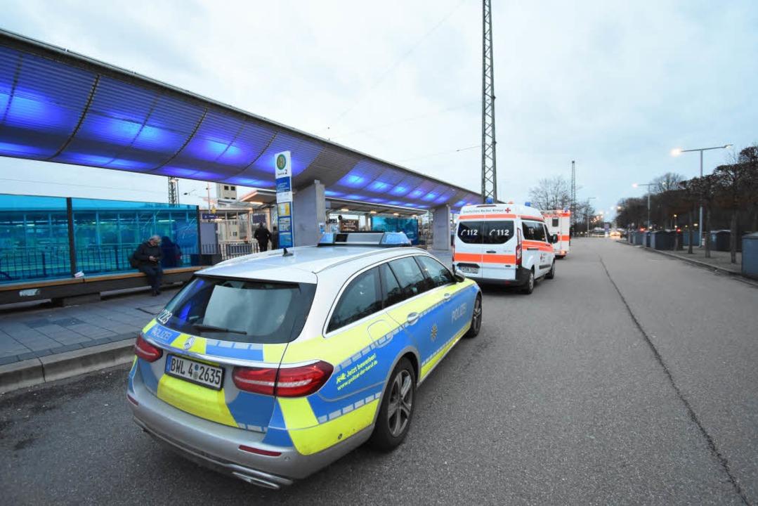 Mehrere Streifen- und Rettungswagen waren vor Ort.  | Foto: Jonas Hirt