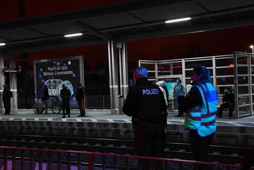 Bis 18:30 Uhr dauerten die Ermittlungen der Polizei am Emmendinger Bahnhof.  | Foto: Jonas Hirt