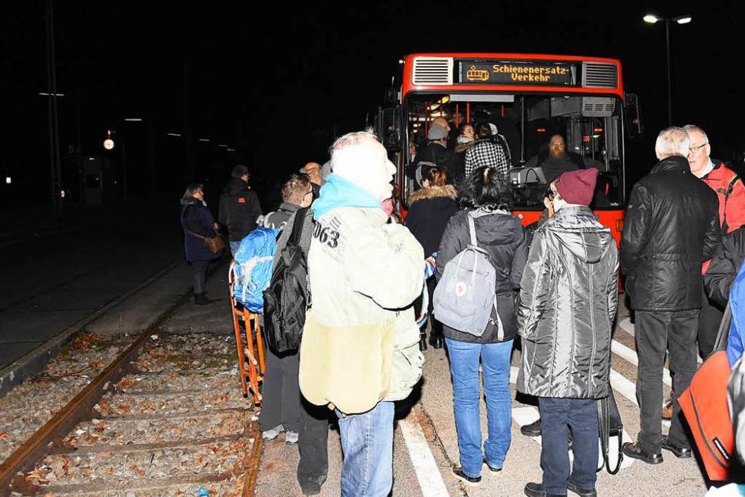 In Denzlingen mussten Bahnreisende in Busse steigen.  | Foto: Jonas Hirt
