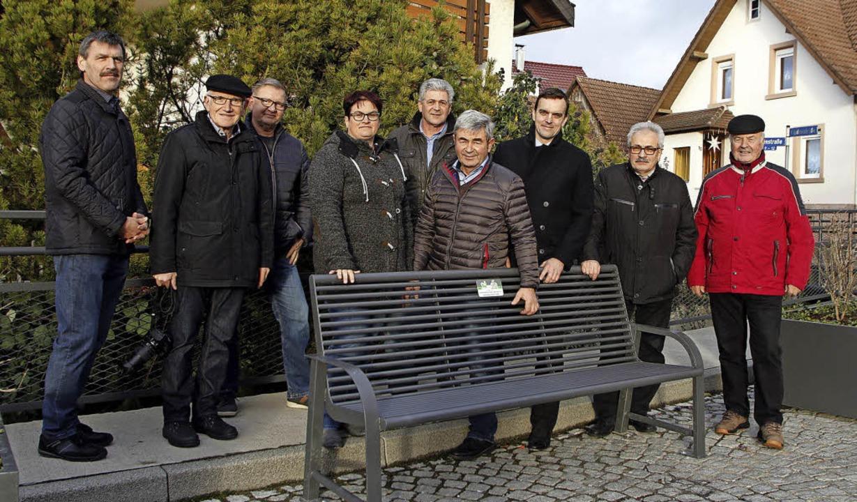 Eine weitere Sitzbank hat Ortsvorstehe...ftsräte waren bei der Übergabe dabei.   | Foto: Heidi Fössel