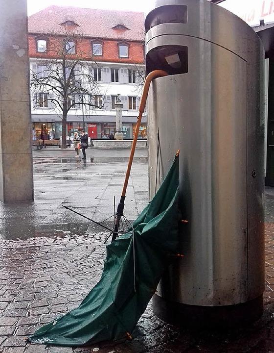 Ein vom Sturm zerfetzter Regenschirm h... einem Mülleimer am Alten Marktplatz.     Foto: Gerigk