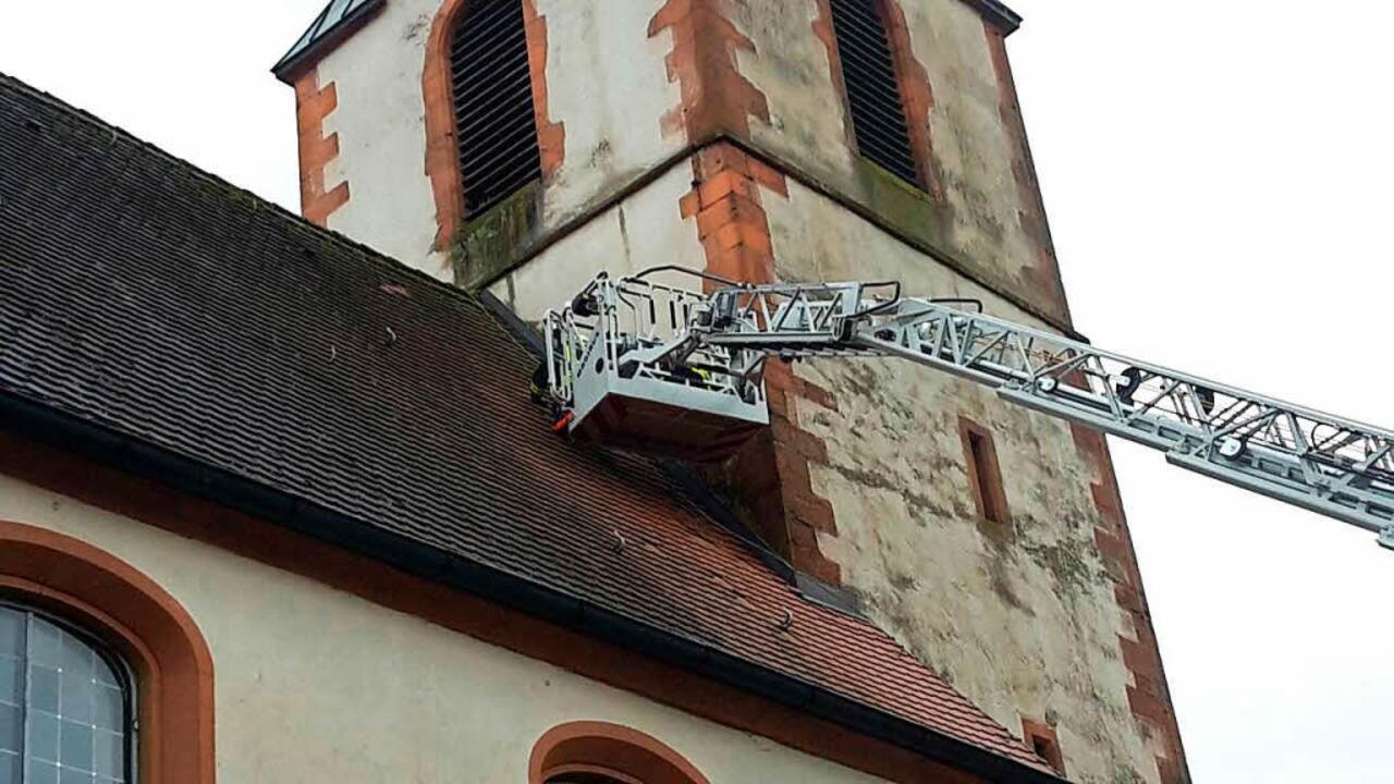 Die von der Petruskirche gefallenen Da...t Hilfe der Drehleiter ersetzt werden.  | Foto: Bachmann
