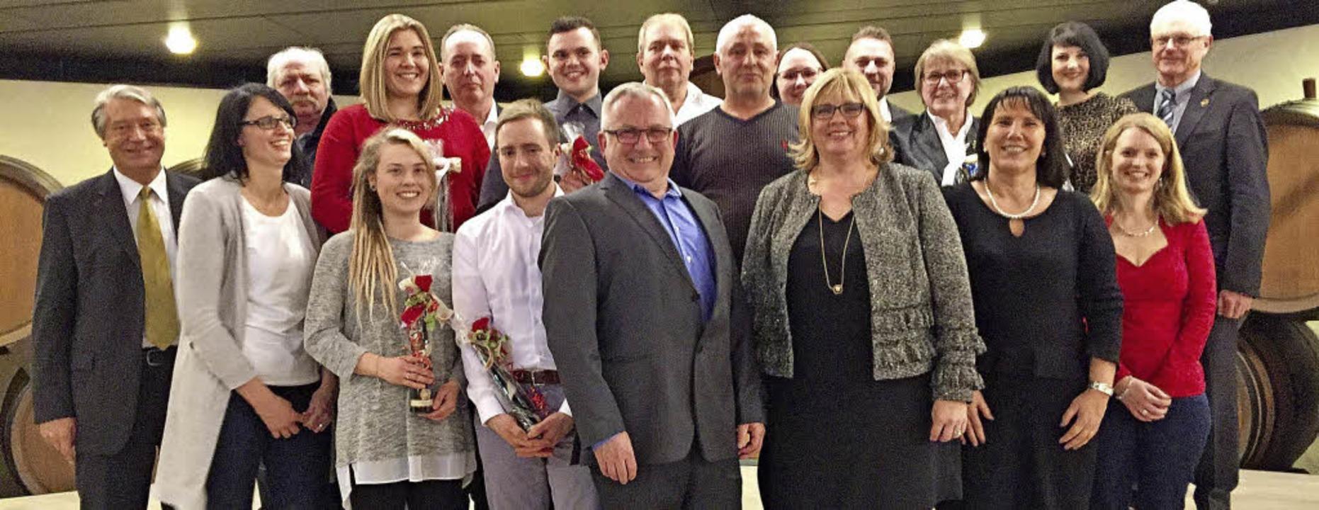 Betriebsjubilare,  Auszubildende und  ...sich zum großen Gruppenfoto zusammen.   | Foto: Privat