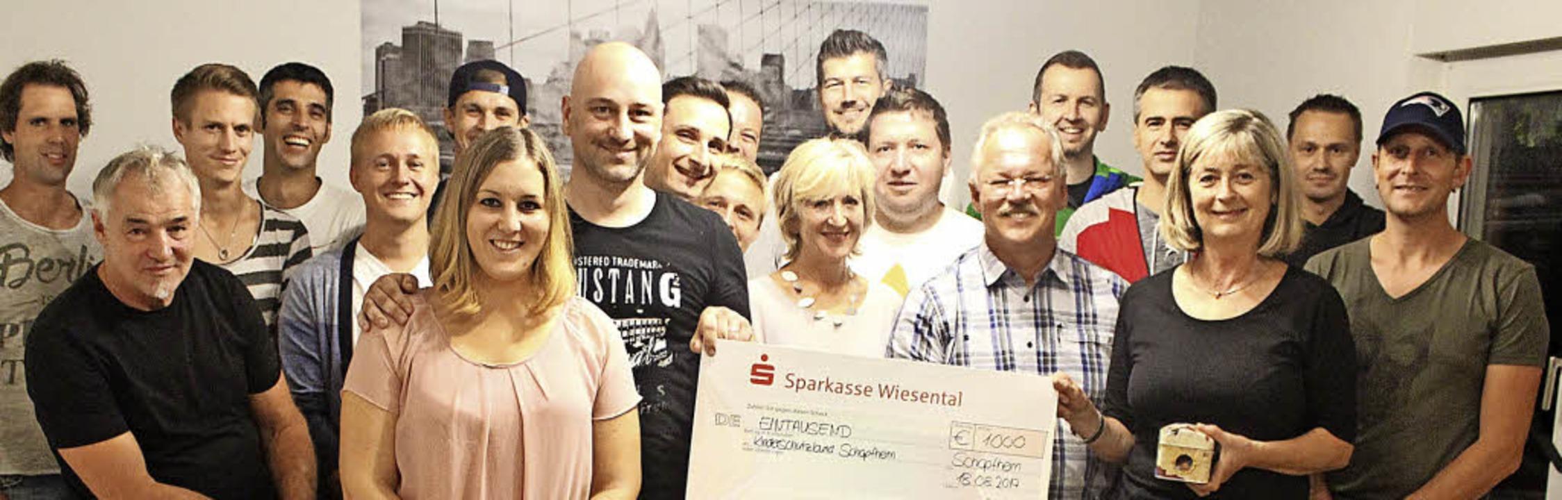 Familie Levante, Marina und Matthias (...s einen Scheck in Höhe von 1000 Euro.   | Foto: Privat