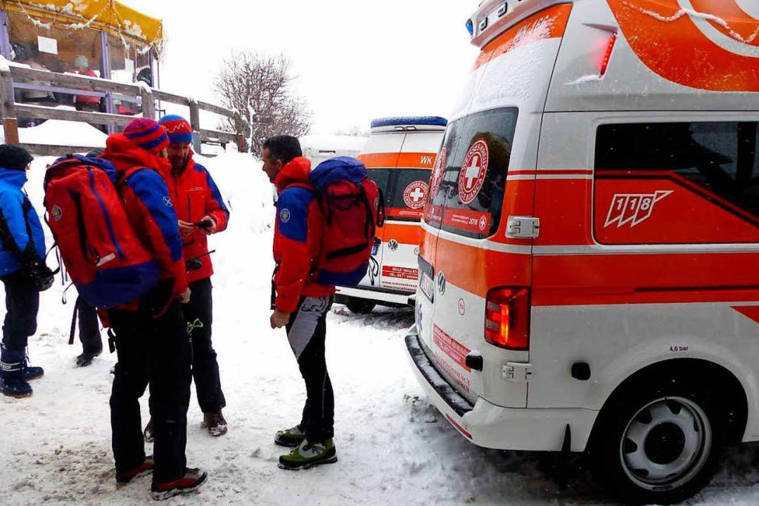 Rettungskräfte beraten sich in St. Valentin in Südtirol.  | Foto: dpa