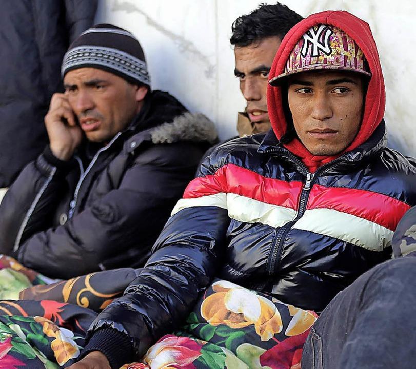 Junge Tunesier protestieren vor einer ...de in Tunis und fordern eine  Arbeit.   | Foto: DPA