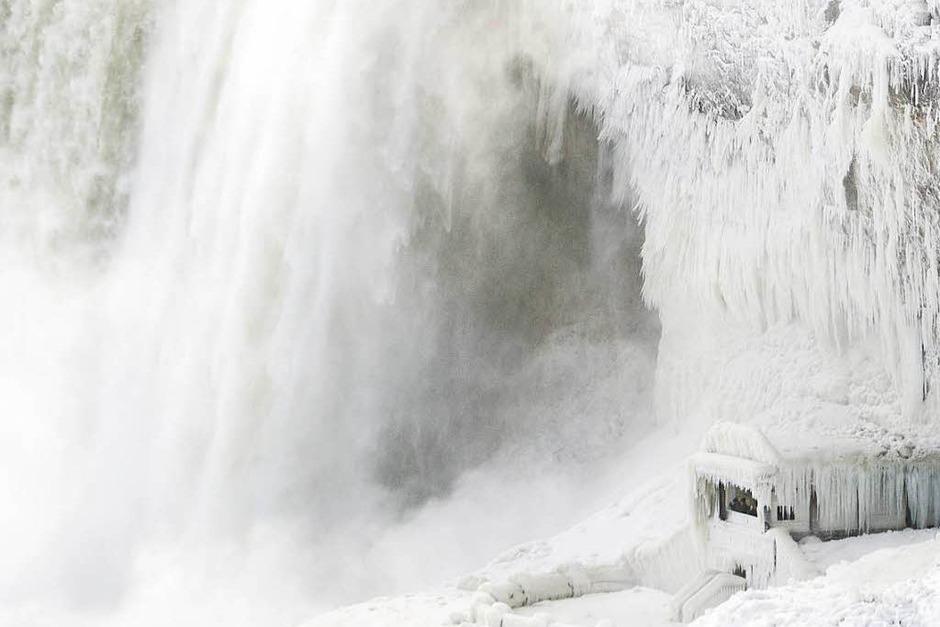 Eisiger Winter in den USA: Die Niagarafälle, die an der Grenze des US-Bundestaates New York und der kanadischen Provinz Ontario liegen, sind vereist. (Foto: AFP)