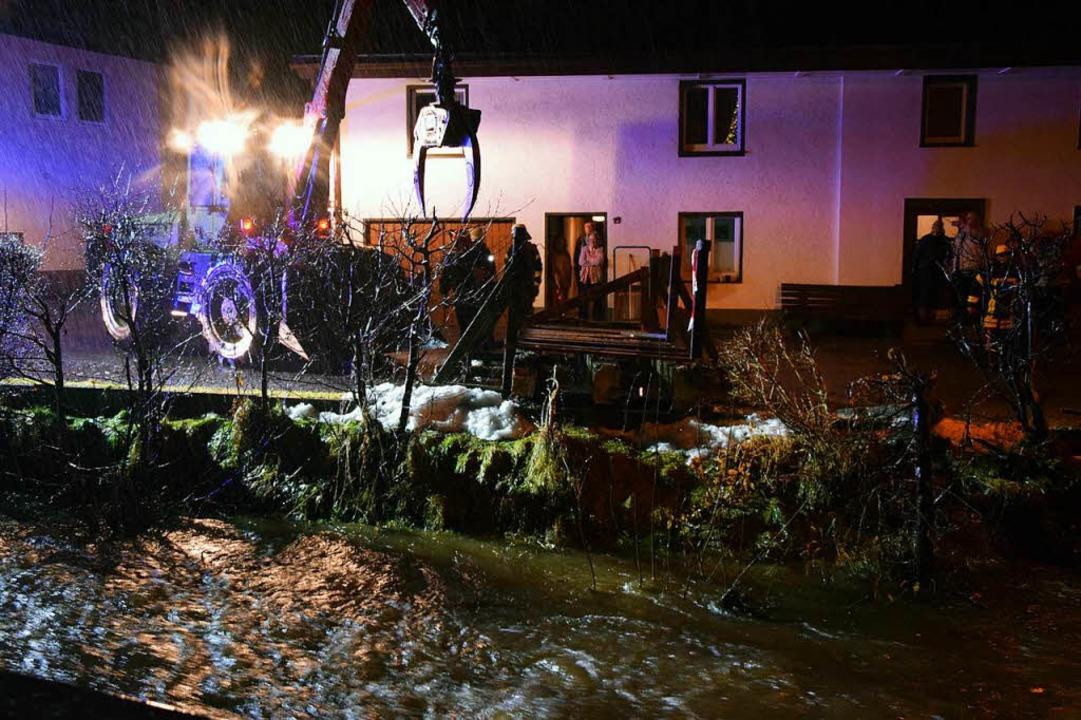 In Lenzkirch musste die Feuerwehr Donnerstagnacht eine Brücke abreißen.  | Foto: kamera24